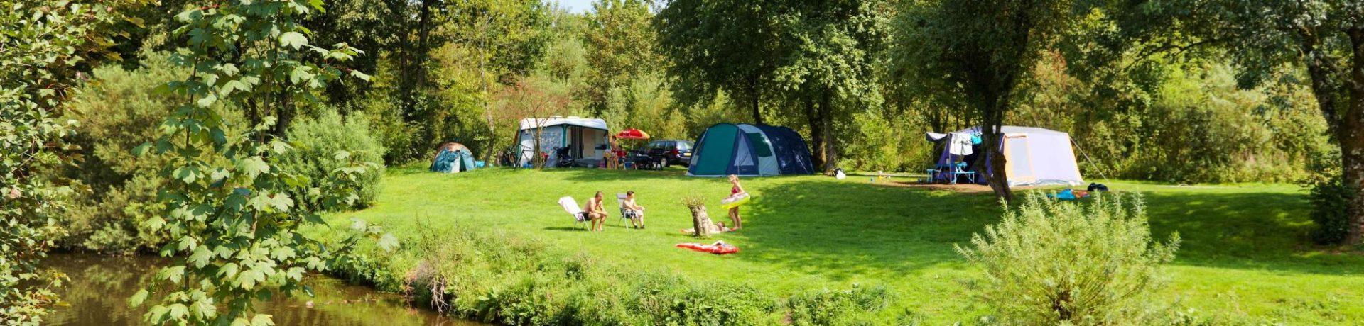 De charme camping de Chênefleur in Tintigny is schitterend gelegen aan de rivier de Semois vlakbij het plaatsje Tintignyin de Gaumestreek in België.