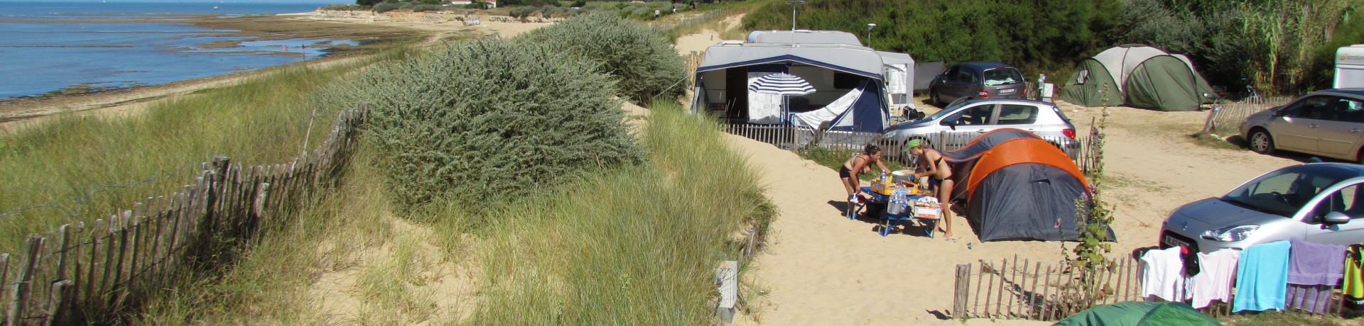 Camping Huttopia Côte Sauvage ligt op het zuidelijke deel van het schiereiland Île de Ré in de Atlantische Oceaan op 20 meter van het strand van Basse Benaie.