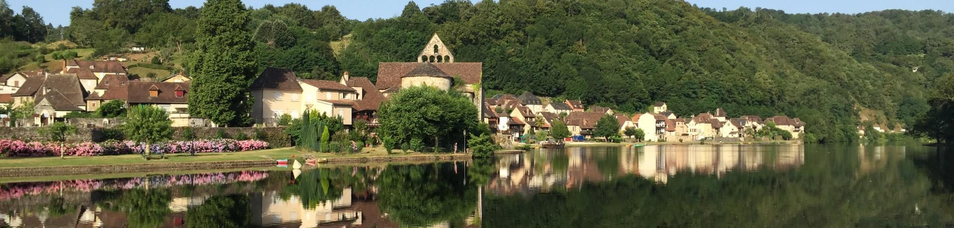 Camping Huttopia Beaulieu sur Dordogne ligt tussen de Périgord en de Quercy op het kruispunt van de Lot, de Corrèze en de Dordogne aan een rivier.