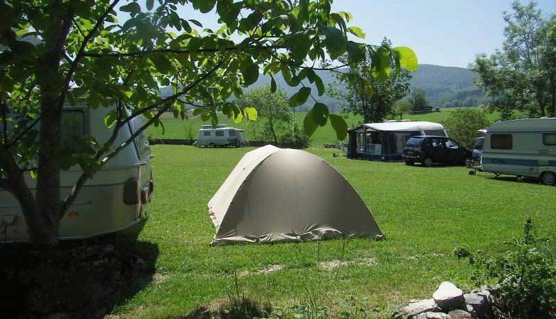 Camping Goute la Vie is een prachtige charme camping gelegen in de Ain in Rhône-Alpes. Deze camping bestaat uit een groot en ruim en zonnig terrein met een vrij uitzicht naar alle kanten.