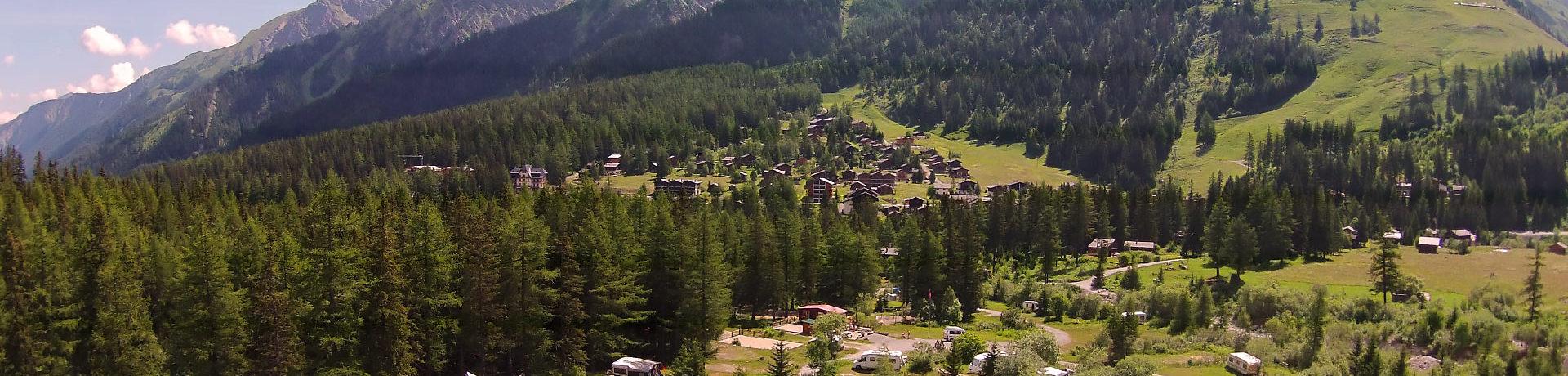 Camping Des Glaciers in La Fouly is een charme camping op 1.600 meter hoogte aan de rand van een gletsjerrivier La Reuse de l'Aneuve in de Zwitserse Alpen in Wallis.